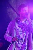 Suddigheter - ung sångare med Mic - färgrika strålkastare Arkivfoton