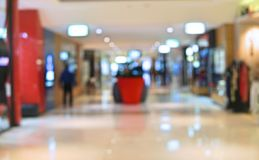 Suddighetsbakgrundsköpcentrum med folk som inom går blurriness royaltyfri bild