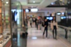 Suddighetsbakgrundsköpcentrum med folk som inom går blurriness royaltyfria foton