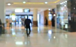 Suddighetsbakgrundsköpcentrum med folk som inom går blurriness royaltyfri foto