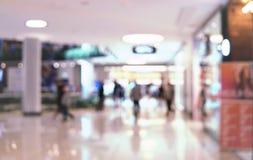 Suddighetsbakgrundsköpcentrum med folk som inom går blurriness arkivbilder