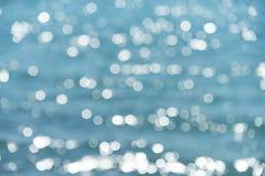 Suddighetshavsvatten på solig dag Blå bokeh på abstrakt bakgrund Vatten med suddig effekt Sommarsemester och Royaltyfri Bild