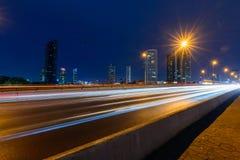 Suddighetsljus av trafik i staden arkivfoto