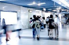 Suddighetspassageraren går på gångtunnelstationen Arkivbild