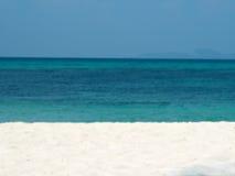 Suddigt abstrakt begrepp på bakgrund för strand för semestersommarhav Klar blåttsky Arkivfoto