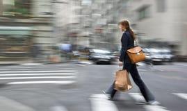 Suddigt affärsfolk för rörelse som går på gatan Arkivfoton