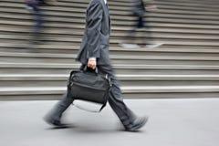 Suddigt affärsfolk för rörelse som går på gatan Arkivfoto