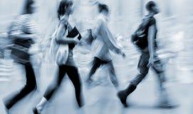 Suddigt affärsfolk för rörelse som går på gatan Royaltyfri Fotografi