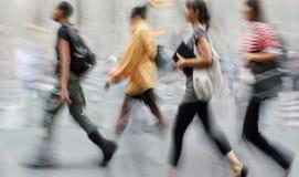Suddigt affärsfolk för rörelse som går på gatan Arkivbilder
