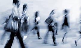 Suddigt affärsfolk för rörelse som går på gatan Royaltyfri Foto