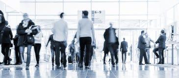 Suddigt affärsfolk på en korridor för handelmässa royaltyfria foton