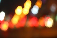 Suddigt av bilen i stad på natten Royaltyfri Foto