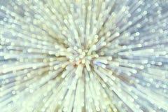 Suddigt avvika för abstrakt begrepp från mitten av en sfär av ljusa strålar i retro tappningstil Arkivfoton