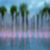 Suddigt bakgrundsfoto med den upplysta springbrunnen Royaltyfria Bilder