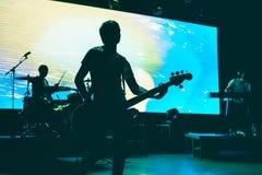 Suddigt bakgrundsljus vaggar på konsert Arkivfoton