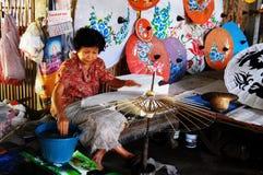 Suddigt för rörelse av folk gjorde det handgjorda konstparaplyet för showtra Arkivfoto