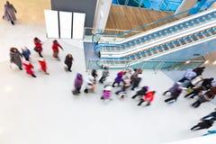 Suddigt folk för rörelse i gallerian Royaltyfria Foton