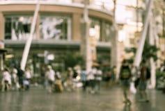 Suddigt folk som går i shoppinggallerian royaltyfri foto