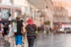 Suddigt folk som går i shoppinggallerian arkivbild