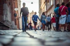 Suddigt folk som går och står på gatan Arkivfoton