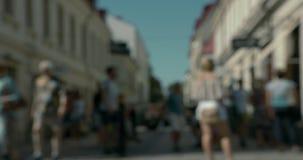 Suddigt folk som kopplar av och går på en shoppinggata i centrala Göteborg lager videofilmer