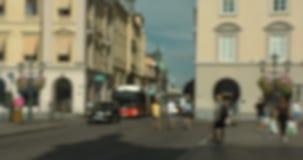 Suddigt folk som korsar gatan och ut hänger på Stortorget, Linköping lager videofilmer