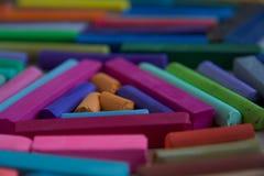 Suddigt foto med pinnar av mångfärgade konstpastell som är passande för bakgrunden Symbol av kreativitet, glädje, rikt val royaltyfria bilder