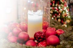 Suddigt julträd, snö, jul, bakgrund arkivfoton