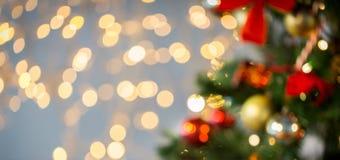 Suddigt julträd som dekoreras med bollar Royaltyfri Bild
