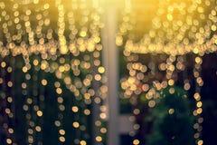 Suddigt nattljus med bokeh i festival Bakgrund för julljus arkivfoton
