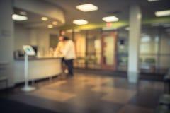 Suddigt område för främre skrivbord av det kliniska laboratoriumkontoret med tabellen fotografering för bildbyråer