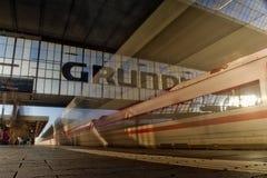 Suddigt tyskt ISdrev som lämnar den Munich Hauptbahnhof morgonsolen arkivfoto