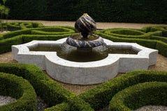 Sudeley城堡结庭院的喷泉在Winchcombe,英国 免版税图库摄影