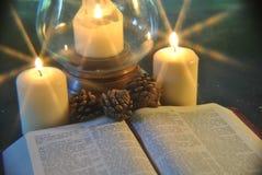 Sudent que estuda a Bíblia no Natal por Luz de vela Imagem de Stock