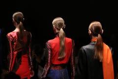 Sudi Etuz Catwalk i Mercedes-Benz Fashion Week Istanbul Arkivfoto