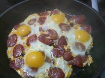 Sudicio confonda delle uova e di frittura del chorizo fotografie stock