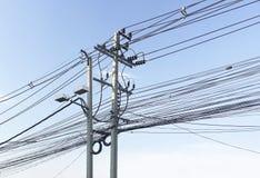 Sudicio dei cavi elettrici sul fondo del cielo blu Fotografia Stock Libera da Diritti