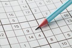 Sudoku кроссворда и голубой карандаш для развлечений стоковые изображения