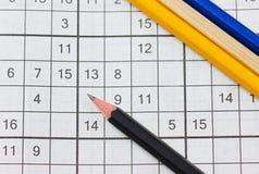 Sudoku et crayons de mots croisé Photo libre de droits