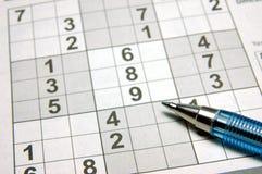 Sudoku Puzzlespiel u. Feder Stockbilder