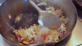 SUdon Noedels met kip en groenten Kokend straatvoedsel stock videobeelden
