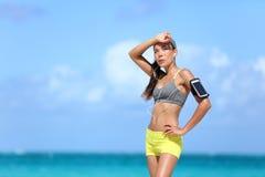 Sudorazione femminile stanca del corridore dopo il cardio esercizio Fotografie Stock Libere da Diritti