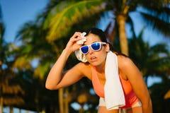 Sudorazione stanca della donna di forma fisica dopo l'allenamento di estate Fotografia Stock Libera da Diritti