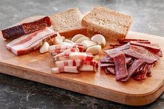 Sudzhuk fumado da salsicha com bacon salgado, alho e pão Fotografia de Stock