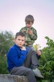 Sueño adolescente de dos muchachos por la tarde Fotografía de archivo