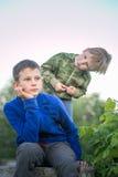 Sueño adolescente de dos muchachos por la tarde Imagen de archivo