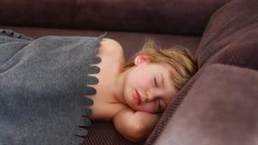 Sueño agitado de un niño La muchacha está haciendo girar en un sueño