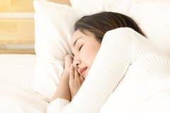 Sueño asiático hermoso de las mujeres en cama imagen de archivo