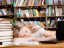 Sueño bonito del estudiante en biblioteca Imagen de archivo
