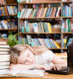 Sueño bonito del estudiante en biblioteca Imágenes de archivo libres de regalías